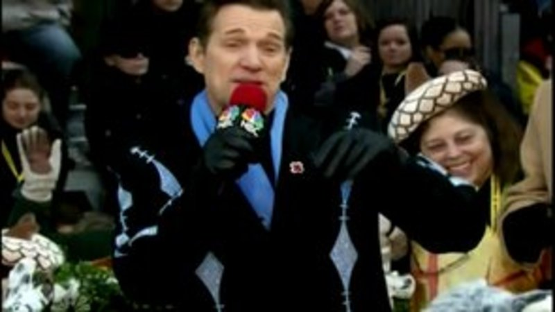 Chris Isaak Performs In the 86th Annual Macy's Thanksgiving Day Parade!