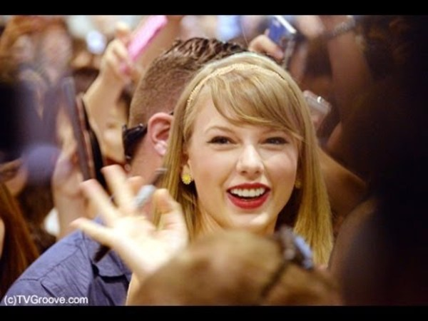 Taylor welcomed by hundreds of fans at Tokyo airport!