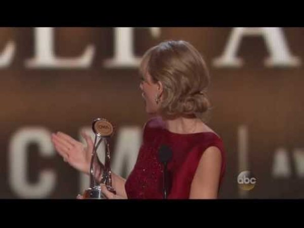 Taylor Swift - Wins Pinnacle Award - CMA Awards 2013